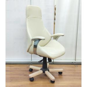 Кресло руководителя GRUPPO 396 Авгур с подлокотниками, опора пятилучье с деревянными накладками, искусственная кожа, цвет молочный